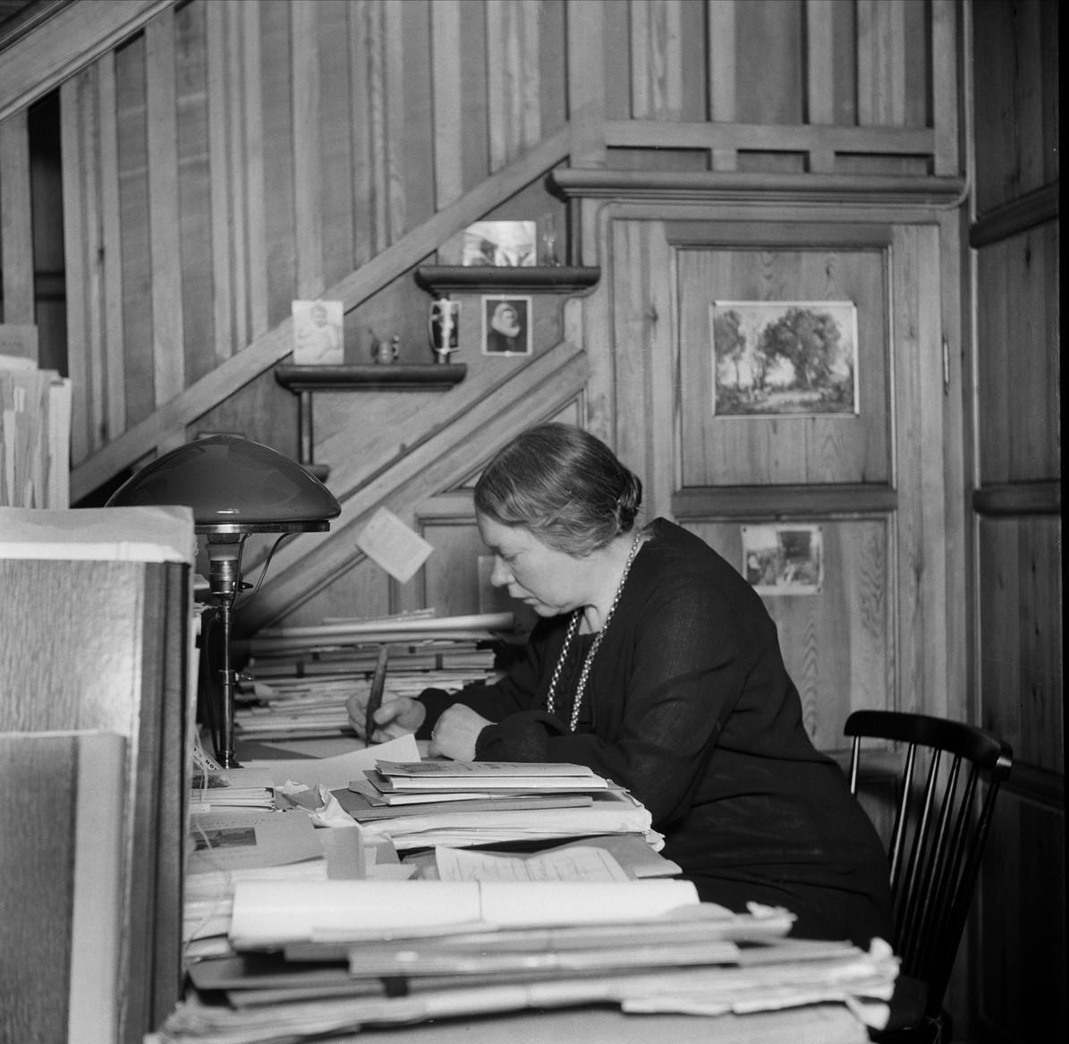 Laura Stridsberg at work at Nordiska museet, 1939. Photgrapher unknown (Nordiska museets arkiv, NMA.0055728)