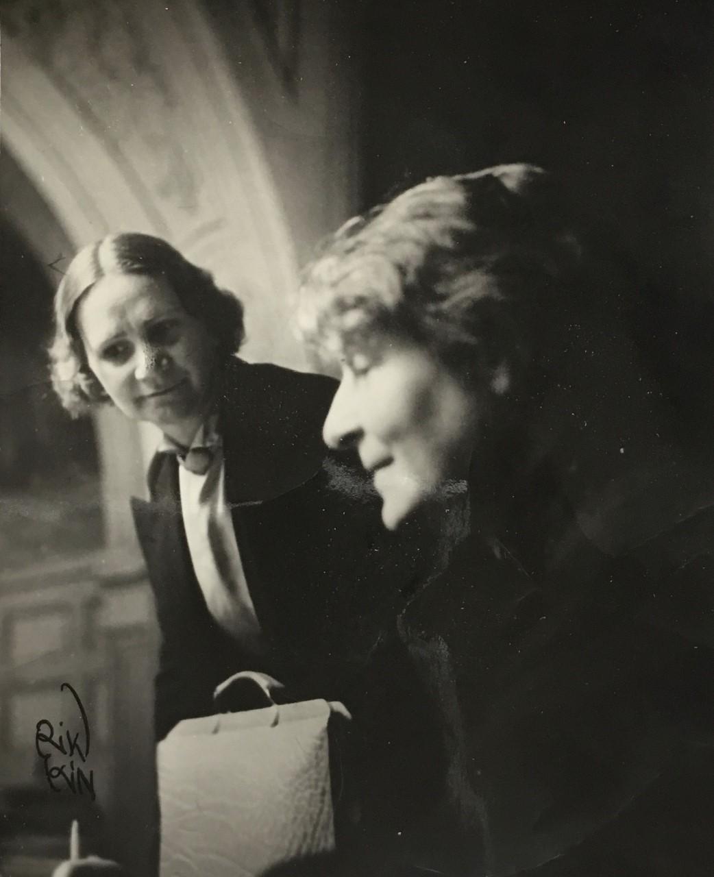 Elsa Svartengren (en face) tillsammans med Elin Brandell (profil), 1939, bild i familjens ägo