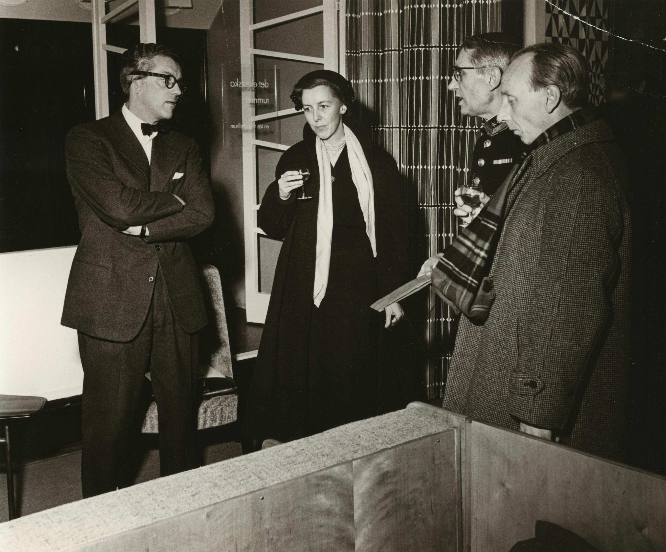 Hillevi Svedberg på Nordiska Kompaniet i Stockholm, med (fr.v) Elias Svedberg, Tore Virke och icke namngiven man, cirka 1950-tal. Arkitektur- och designcentrum (ARKM.1989-126-04)