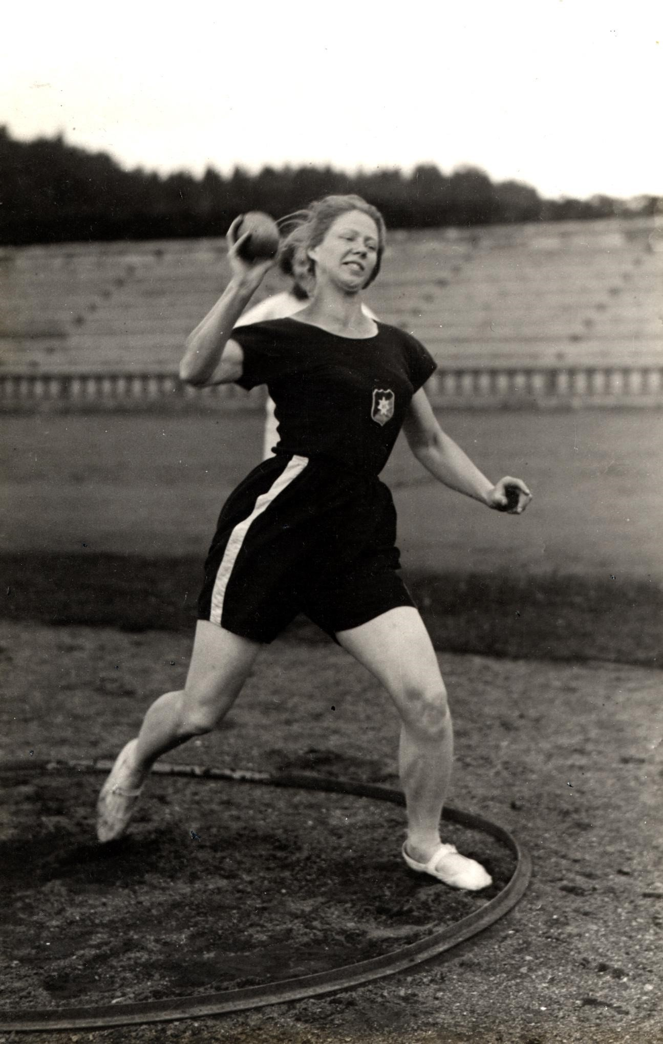 Ruth Svedberg trains the shot put at the 1926 Women's World Games in Gothenburg. Photo: Bertil Norberg, Svenska Bildcentralen (Kvinnsam, Gothenburg University Library)