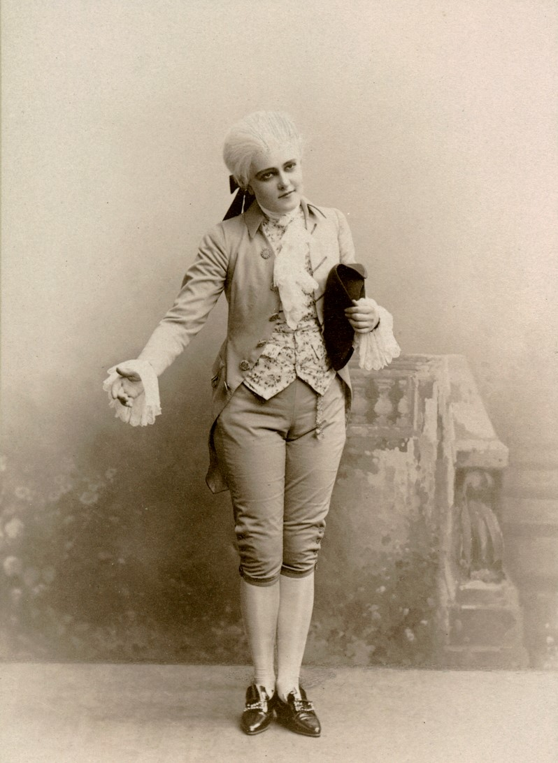 Karin Swanström in costume as Fröken Sigrid in the play Unge Grefven, played at Dramaten 1894-1895. Photo: Dahllöf, Drottninggatan 47 Stockholm, date unkown. Image source: Svenskt Porträttarkiv (CC-BY-NC-SA 4.0 – cropped)