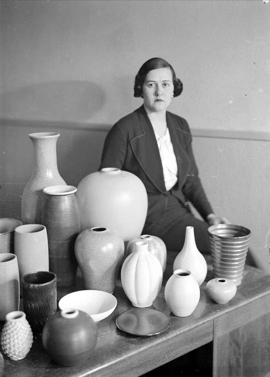 Anna-Lisa Thomson with ceramics, 1937. Photo: Nils Gunnar Sundgren (1901-1970). Upplandsmuseet (GS00635)