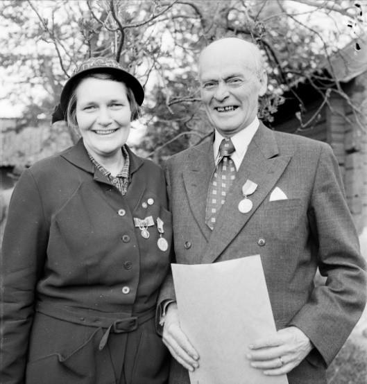 Berit Wallenberg and agronomist Gunnar Bergman, at an award ceremony organized by Upplands formninnesförening, 1954. Photo: Uppsala-Bild (Upplandsmuseets samlingar, UB006673)