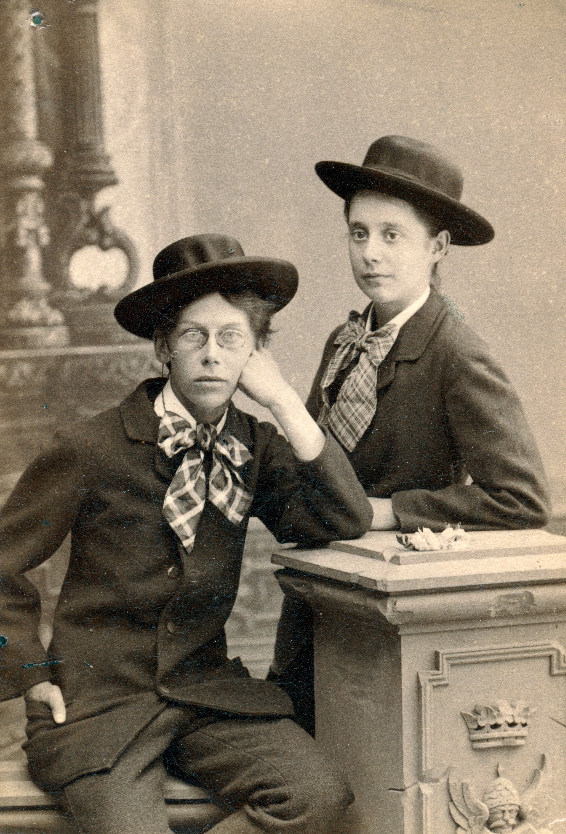 Carin Wästberg (left) with her friend Lotten Rönnquist, circa 1890-1910. Photo: Waldemar Dahllöf (1844-1935). Bohusläns museum
