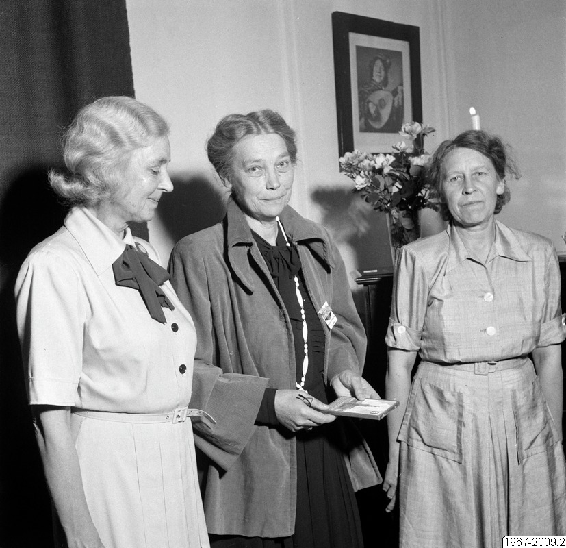 Signe Wennberg (center) with (from left) Sigrid Sjövall and Vesta Hallström at a meeting with  the Fredrika Bremer Association in Helsingborg, 1949. Photo: Lindberg Foto. Helsingborgs museum (1967-2009:2)