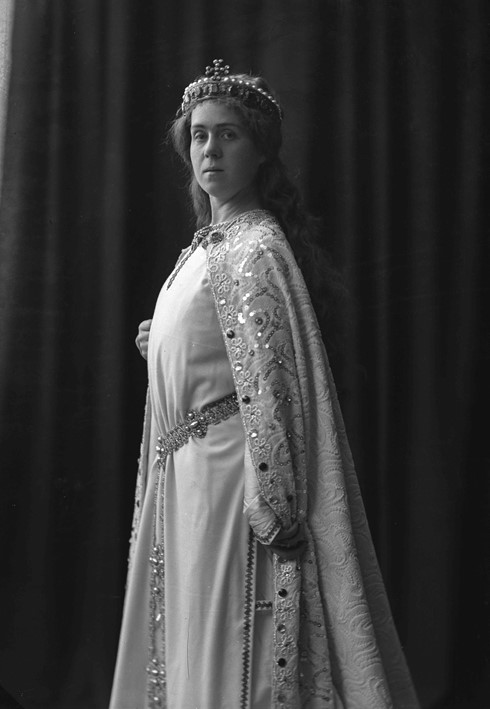 Valborg Werbeck-Svärdström as Elsa in the production of Lohengrin given at the Royal Swedish Opera, 1905. Photographer unknown (Musik- och teaterbiblioteket, Stockholm (GS128)