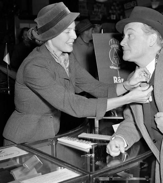 "Marianne Zetterström, på bilden säljandes ""kunganålen"" till skådespelaren Max Hansen på NK i Stockholm, 1952. Foto: Vimar Ericsson (Stockholms stadsmuseum, SvD 34895 - beskuren)"