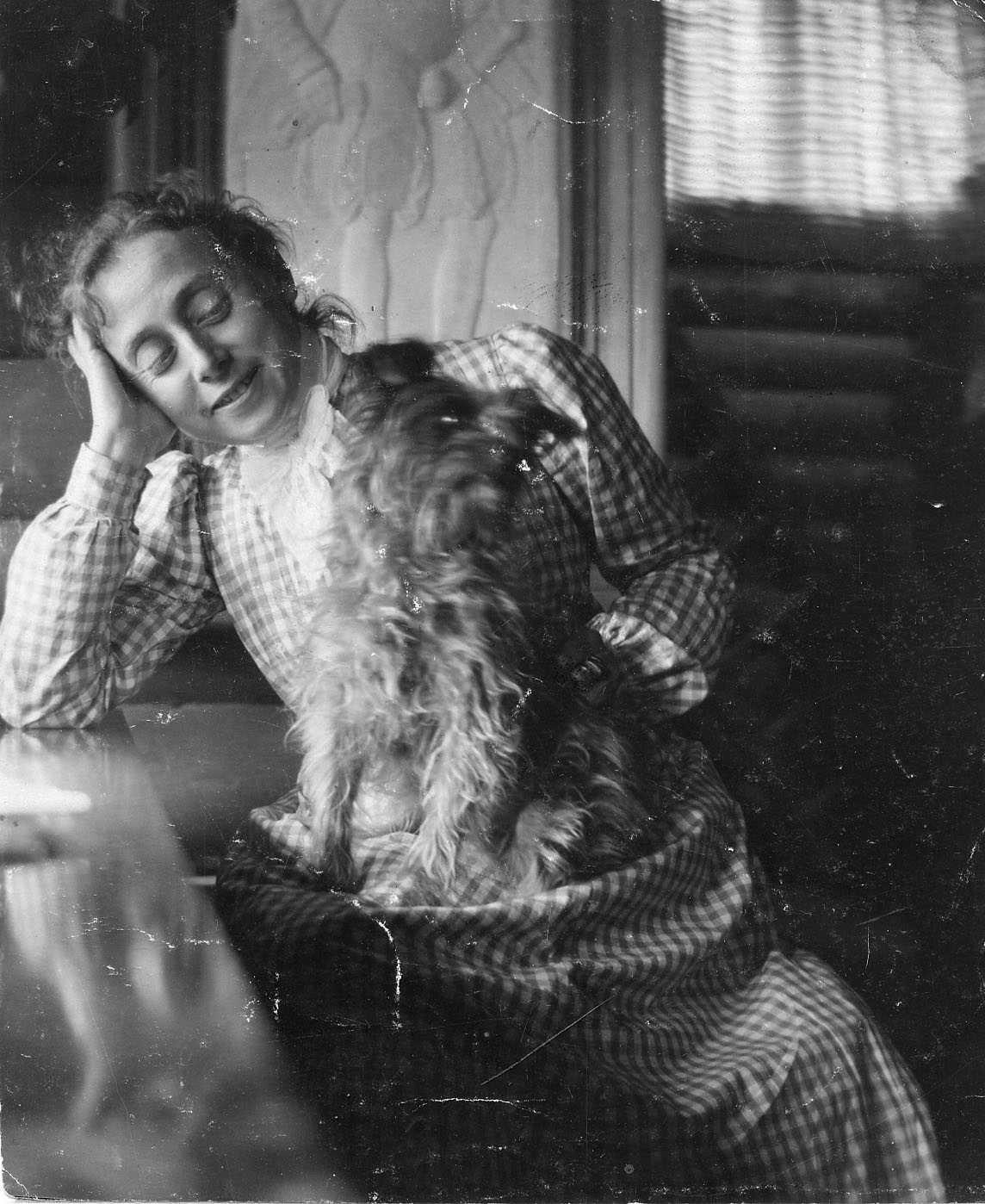 Emma Zorn med yorkshireterriern Mouche i Stora rummet på Zorngården, 1897. Fotograf okänd (Zornmuseet)