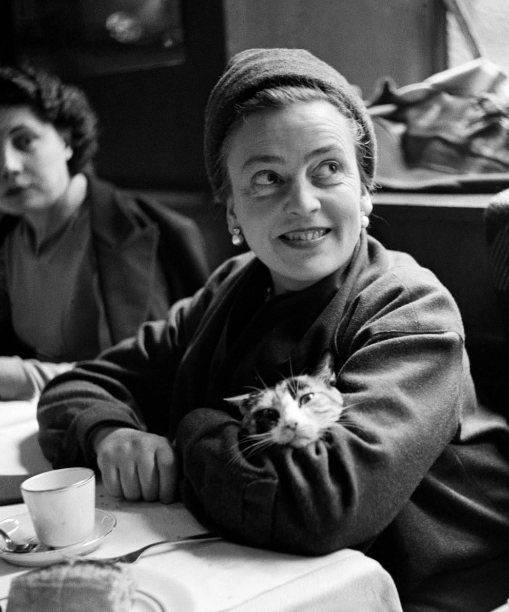 Ingrid af Ström with a cat on her lap, in Paris 1947. Photo: Kerstin Bernhard (1914-2004). Kerstin Bernhards arkiv, Nordiska Museet, NMA.0079561 (CC-BY-NC-ND)